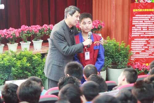 朱军教授亲切的和学子互动交流